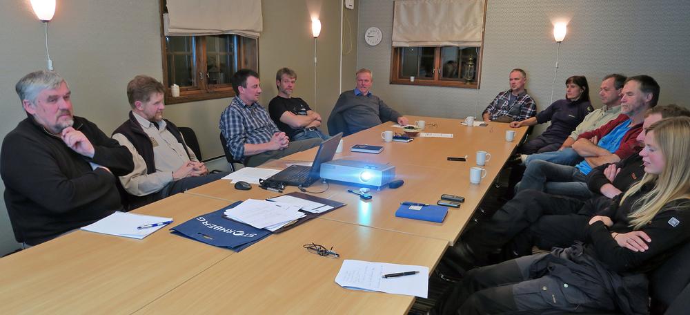 - Jegerkorpset i Forollhogna gjør en god jobb! Dette var konklusjonen i oppsynsmøtet på Røros mandag kveld. Fra venstre og rundt bordet: Hallvard Urset (Vingelen), Terje Borgos (Røros/Holtålen), Ståle Solem (Budal), Ivar Waag Belsaas (Dalsbygda), Jon Horten (Os), Hans Iver Kojedal (Røros), Berit Broen (SNO), Trond Are Berge (Midtre Gauldal), Stein Kaasin (Vingelen), Ingebrigt Storli (Kvikne) og Kristin Lund Austvik (Kvikne). Foto: A. Nyaas