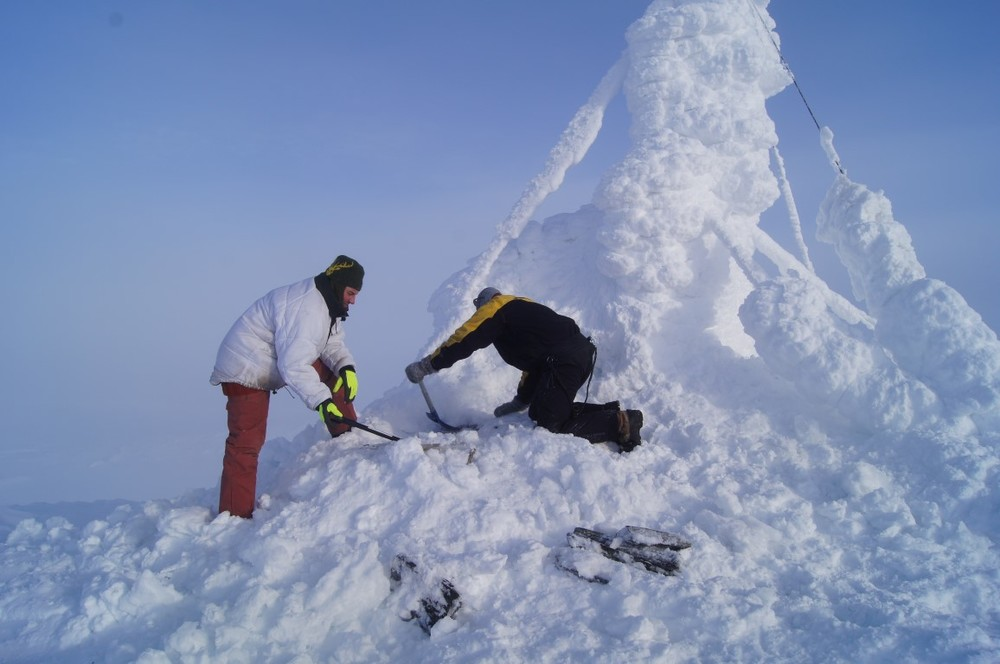 Lørdag 13. februar ble det satt inn nye batterier i sikringsradiobasen på toppen av Forollhogna. Jobben ble utført av Forollhogna Sikringsradiolag med bistand av oppsynskorpset. Foto: Kjell Idar Moen
