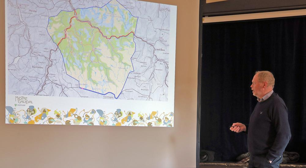 Sivert Moen, ordfører i Midtre Gauldal, ønsket årsmøtedeltakerne velkommen til Nordhauka forsamlingshus. Kartet viser at Midtre Gauldal har betydelige arealer i villreinområdet.Foto: A. Nyaas