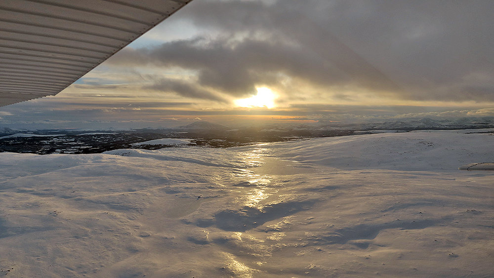 Det er varierende forhold i fjellet nå. Her flyr vi over Bjønntjønnan i Vingelen (Gjersjøen lengst unna). Foto: Arne Nyaas