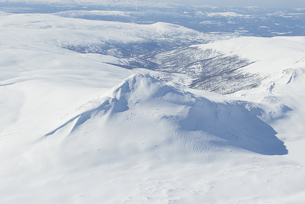 """Forollhogna (1332 moh.) med Synnerdalen i bakgrunnen fotografert kl. 16.13. Det er sjelden at fjellene """"på nordsida"""" er så kvite så sent på vinteren. Foto: A. Nyaas"""