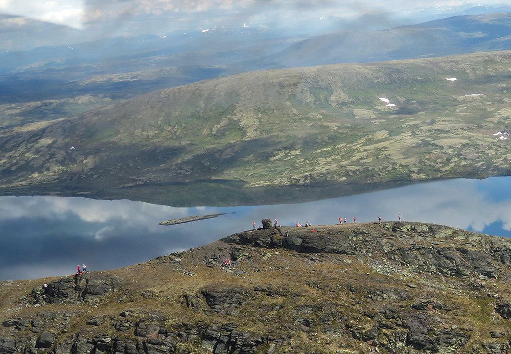 I finværet på lørdag var det stor utfart til toppen av Forollhogna. Foto: Arne Nyaas