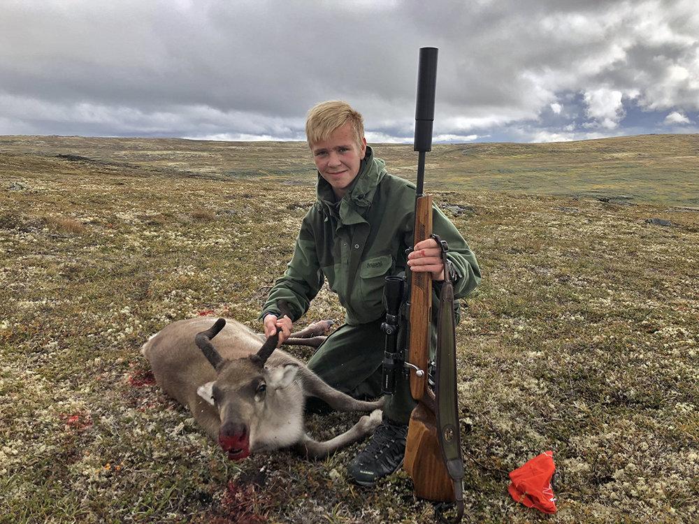 Førstegangsjeger Jakob Høsøien med bukkekalv i Vehundbolhøgda 26. august 2018. Vekt: 23 kilo. Foto: Torger Høsøien
