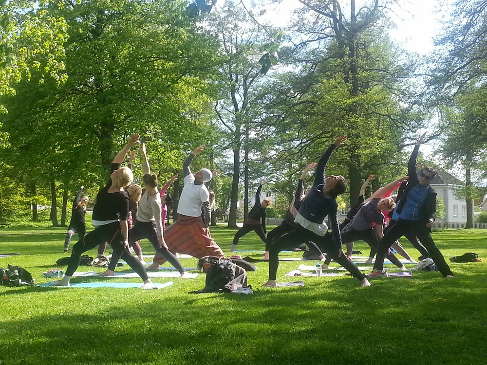 Flödande tid i Park Yoga, Växjö, Yoga By Magie. Photo: Anneli Eller, Copyright Service By Magie