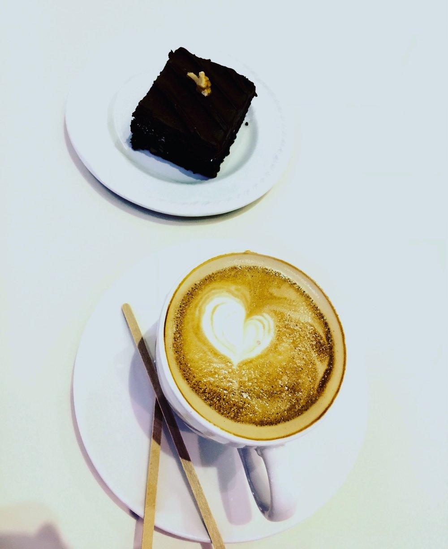 En bit skarp choklad och kaffe är starka mediciner och ack så gott ihop! Ökar pittan rejält.