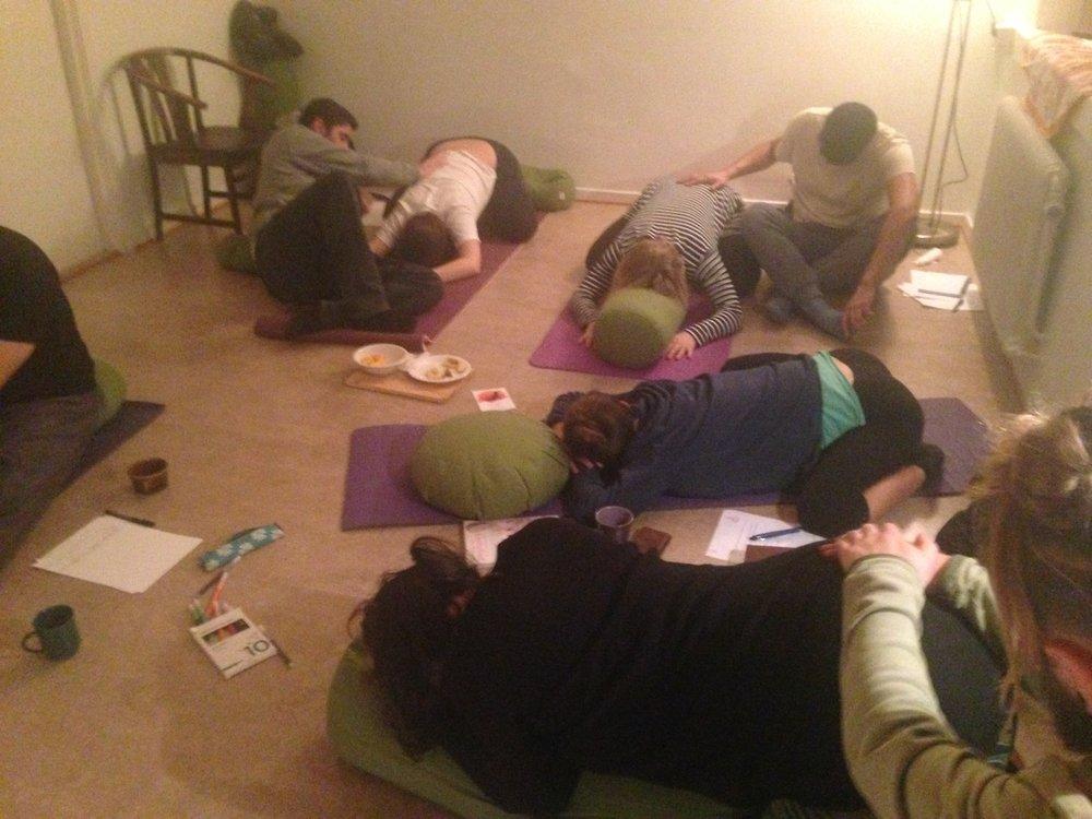 Förlossningsförberedande yoga med partner hos Yoga Mamas yogastudio i Växjö