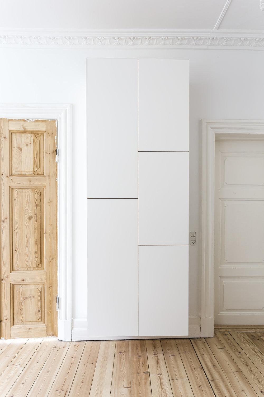 væghængt skab Det stilrene entréskab: Væghængt skab mellem to døre — Stay  væghængt skab