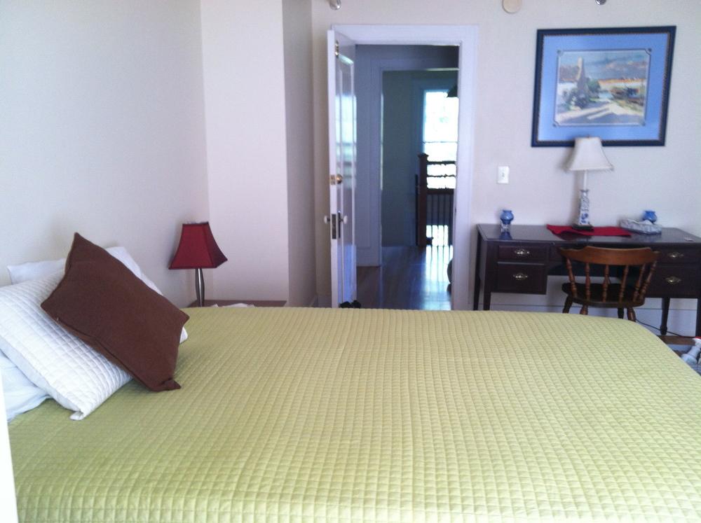 Queen Bed,216 sq. ft.