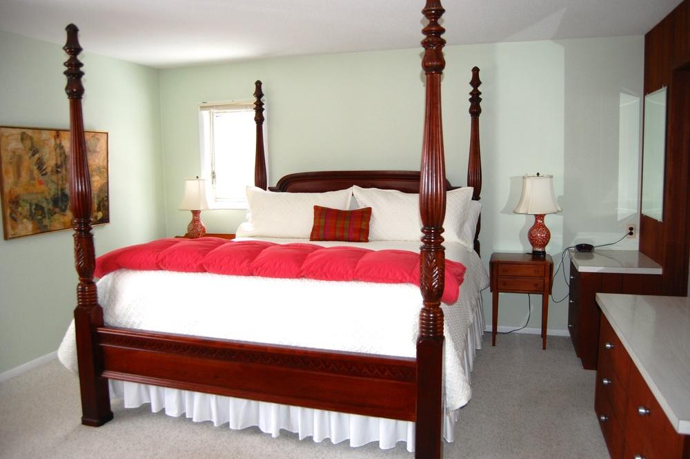 Master King Bedroom 1st fl.jpg