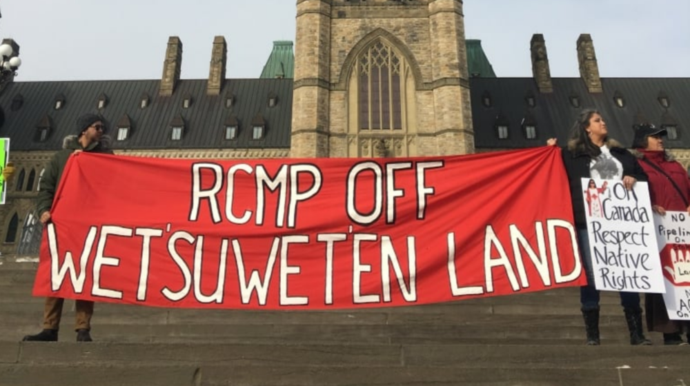People rally at Parliament Hill in support of the Wet'suwet'en camps in northern B.C. (Jorge Barrera/CBC)