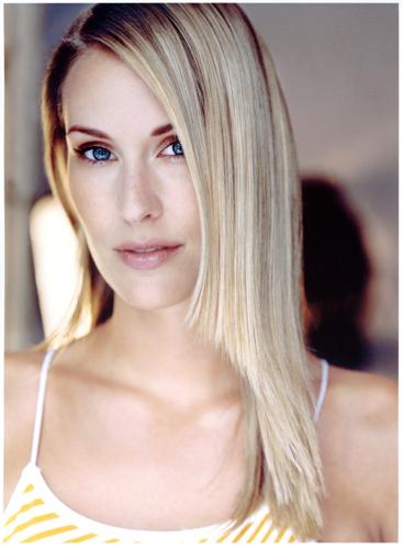 Stephanie Mueterties04Pearl Management.jpg