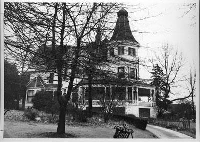 Queen Anne residence near Kinnear Park, 1910.jpg