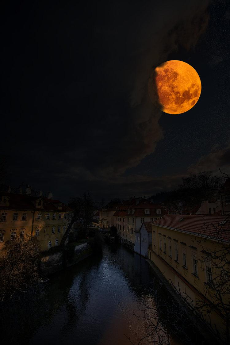 supermoon_blood_moon_prague.jpg