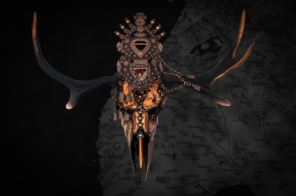 Dekorerat älgkranium av Petra Shara Stoor / Skulls & Bones Artwork