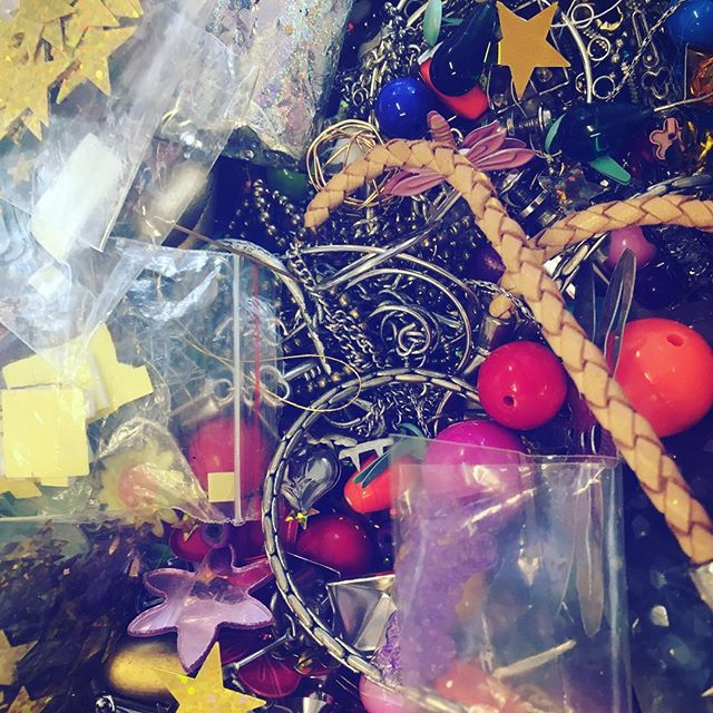 A lovely follower of my artwork sent me a bag full of bling bling for my bling-bling-horse-project! 😍Thank you so much Helén 😍❤️This will for sure come to use in my creation 💫👌#artwork #bling #blingbling #artproject #artworkinprogress