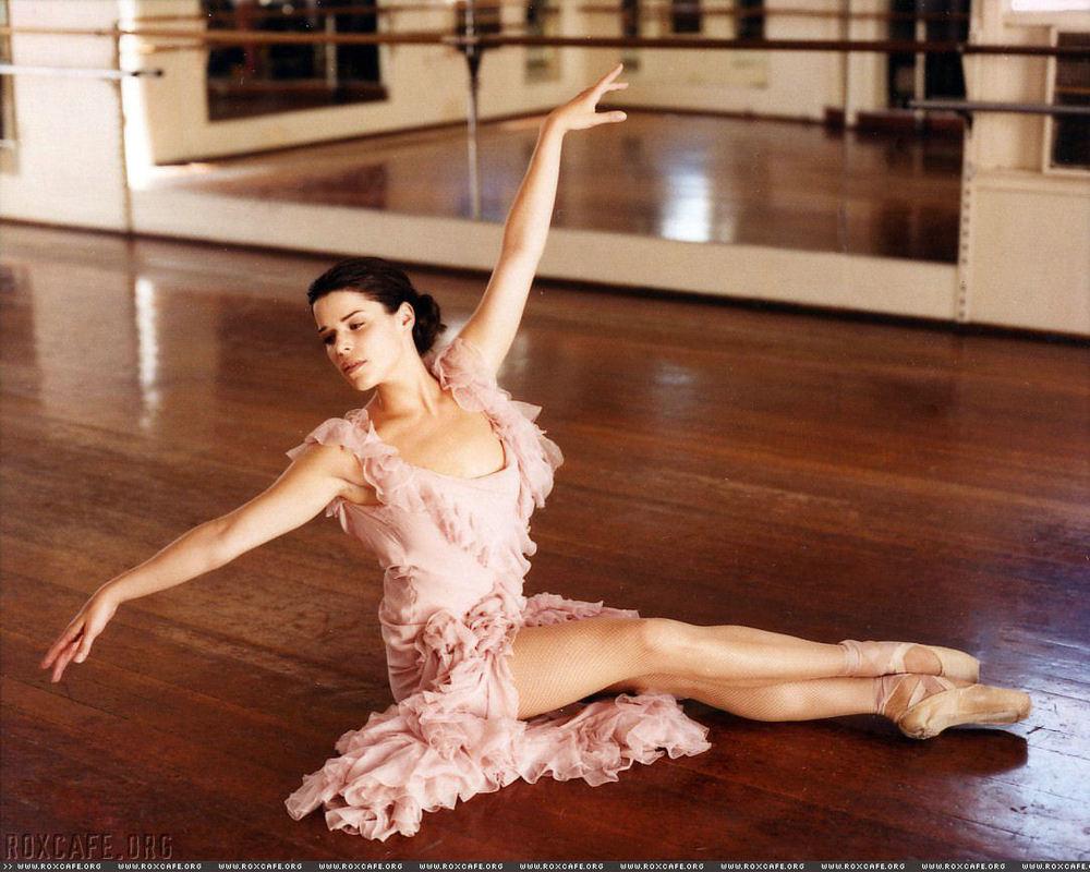6780d1154001851-neve-campbell-has-beautiful-ballet-dancers-legs-nevecampbell0274dv