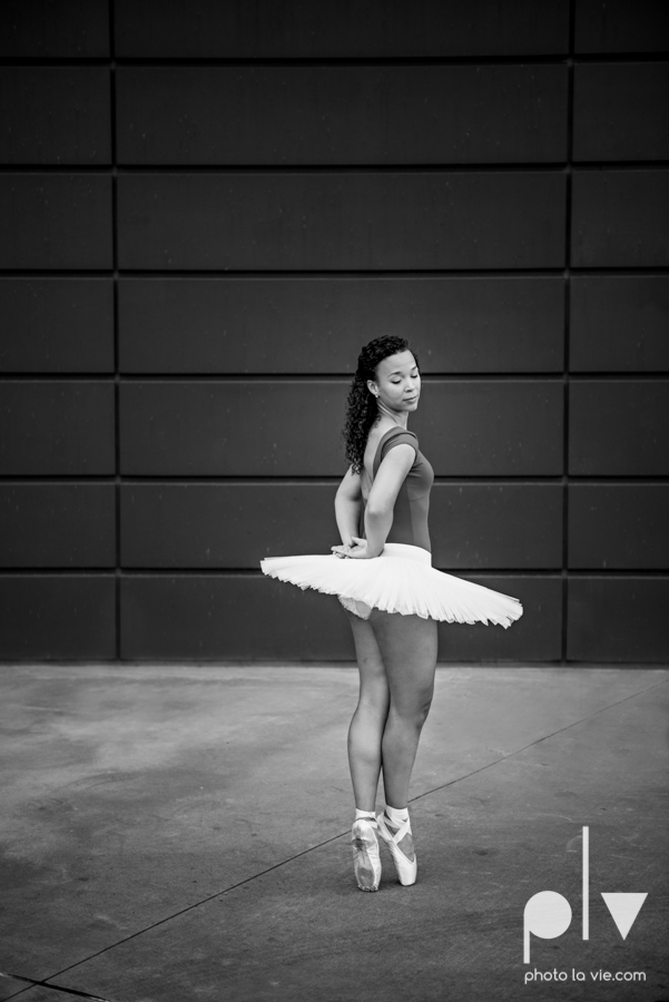 ballet dancers pointe shoes dallas arts district texas dfw tutu modern architecture Sarah Whittaker Photo La Vie-17.JPG