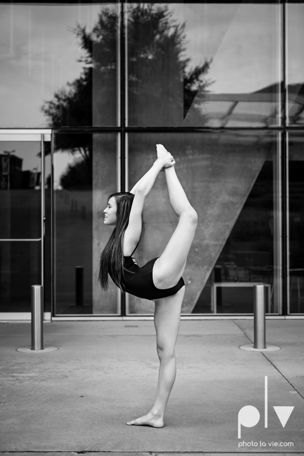 ballet dancers pointe shoes dallas arts district texas dfw tutu modern architecture Sarah Whittaker Photo La Vie-25.JPG