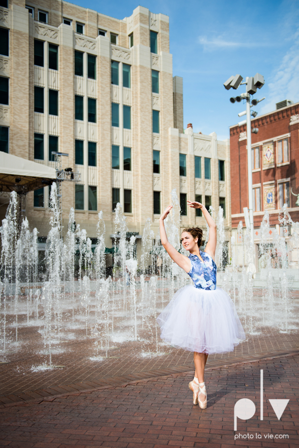 Claire Downtown Fort Worth campus sundance square ballerina ballet pointe garage urban senior dancer Sarah Whittaker Photo La Vie-4.JPG