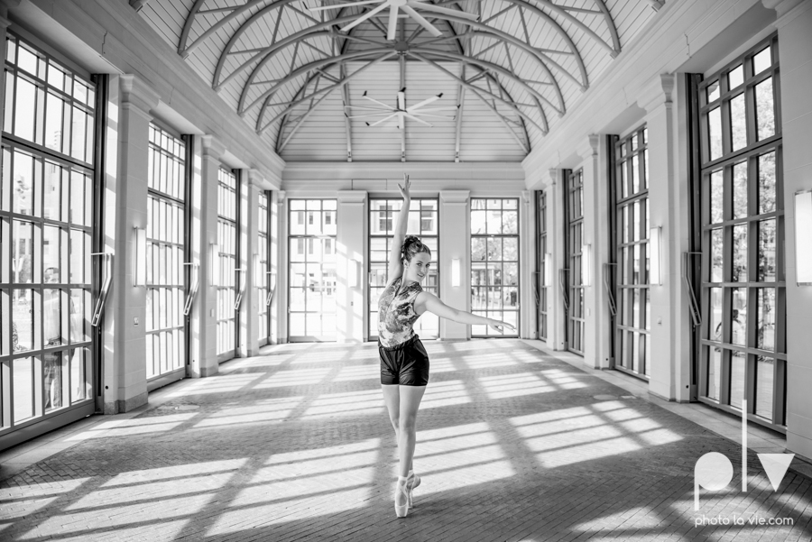 Claire Downtown Fort Worth campus sundance square ballerina ballet pointe garage urban senior dancer Sarah Whittaker Photo La Vie-3.JPG