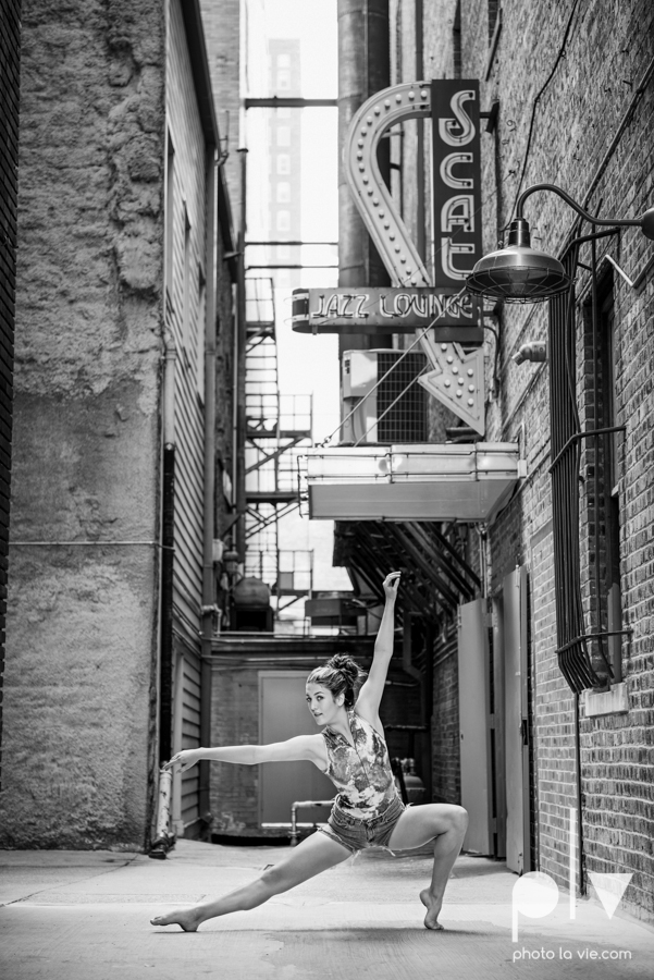 Claire Downtown Fort Worth campus sundance square ballerina ballet pointe garage urban senior dancer Sarah Whittaker Photo La Vie-7.JPG