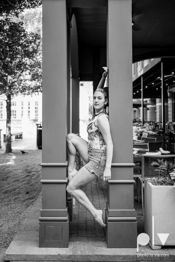 Claire Downtown Fort Worth campus sundance square ballerina ballet pointe garage urban senior dancer Sarah Whittaker Photo La Vie-8.JPG