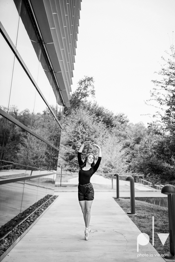 Claire Downtown Fort Worth campus sundance square ballerina ballet pointe garage urban senior dancer Sarah Whittaker Photo La Vie-14.JPG