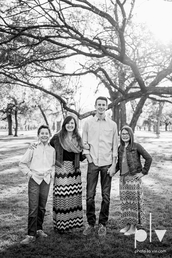 family portrait mini session fort worth ft Trinity park outdoors spring outfits girls boys colors children siblings sisters brothers sun sarah whittaker Photo La Vie-4.JPG