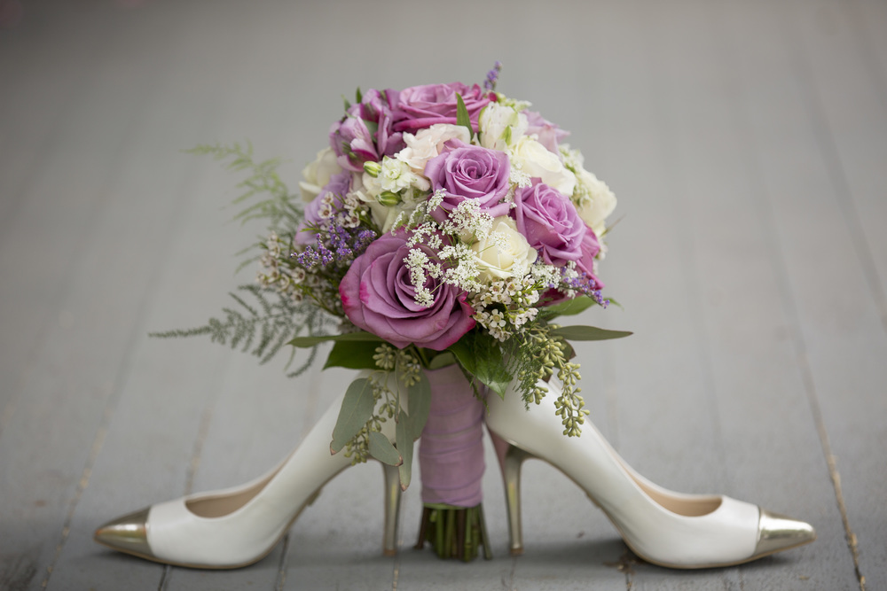 bouquet with heel wedding shoes