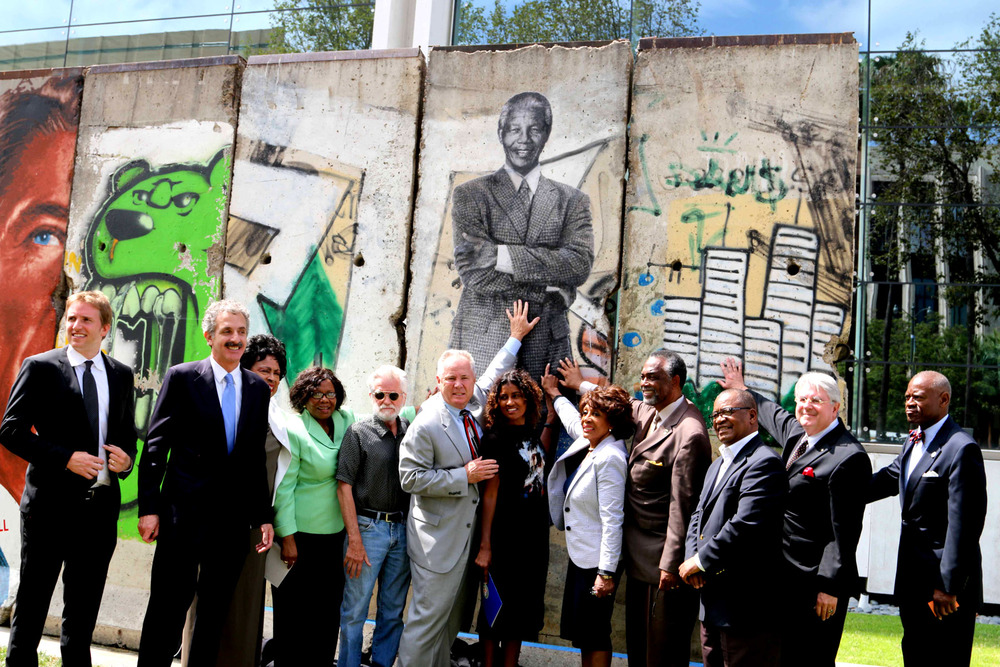 COUNCILMEMBER TOM LaBONGE AND A HOST OF DIGNITARIES UNVEIL THE PORTRAIT OF NELSON MANDELA BY KENT TWITCHELL.