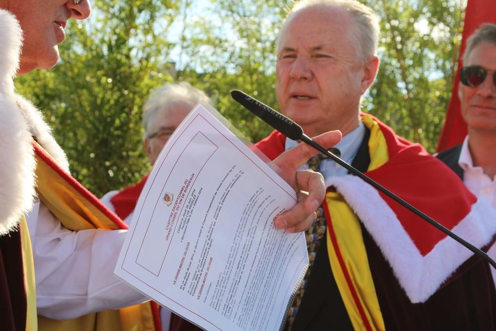 Councilmember Tom LaBonge receives the  Ambassadeur d'Honneur des Vins de Bordeaux