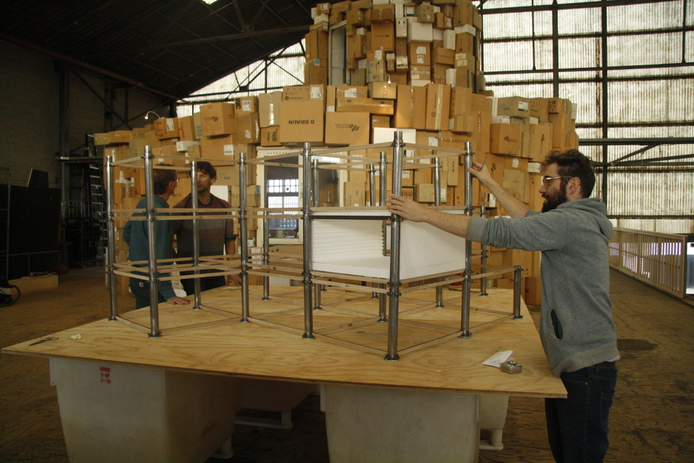 Jordan Artisan bouwt aan zijn maquette.