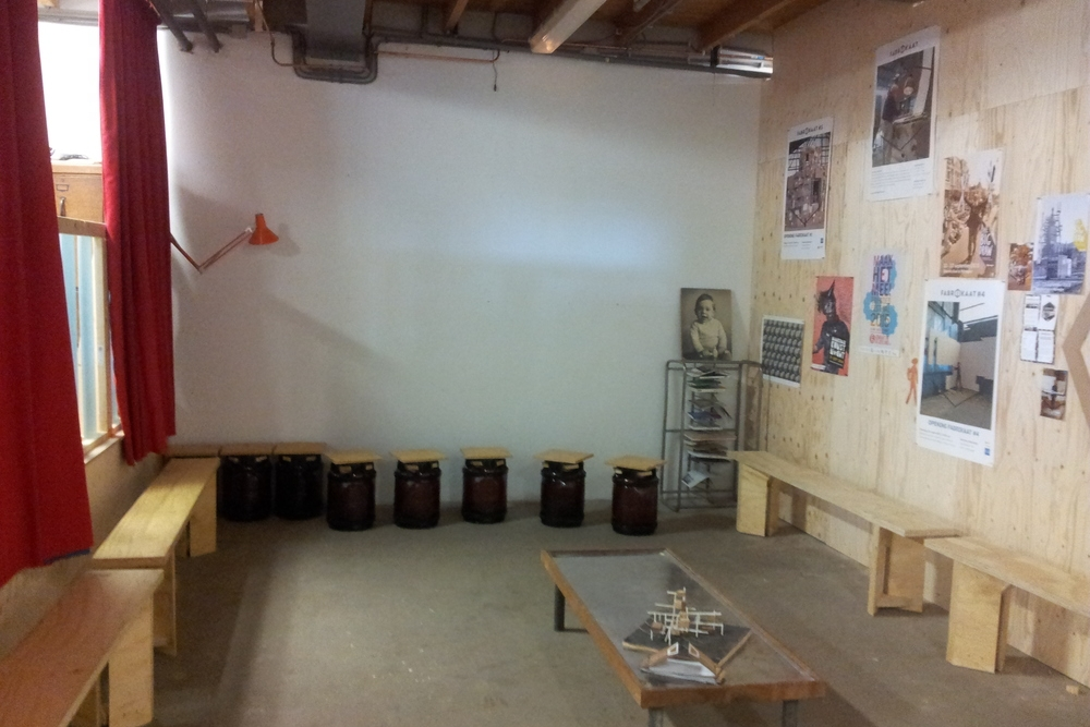 Projectruimte - De projectruimte van Fabrikaat heeft een oppervlakte van 80 m2. In de ruimte bevindt zich een podium van 20 m2 en een keukentje.