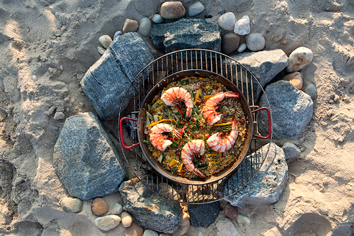 HOW TO MAKE VEGETABLE PAELLA ON THE BEACH (WITH GRILLED PRAWNS)