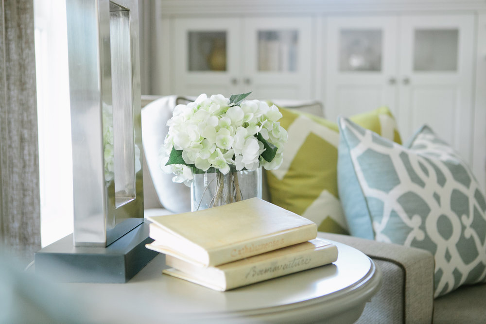 This shot just has a little bit of all our favorites: flowers, books, and pillows are always perfect!