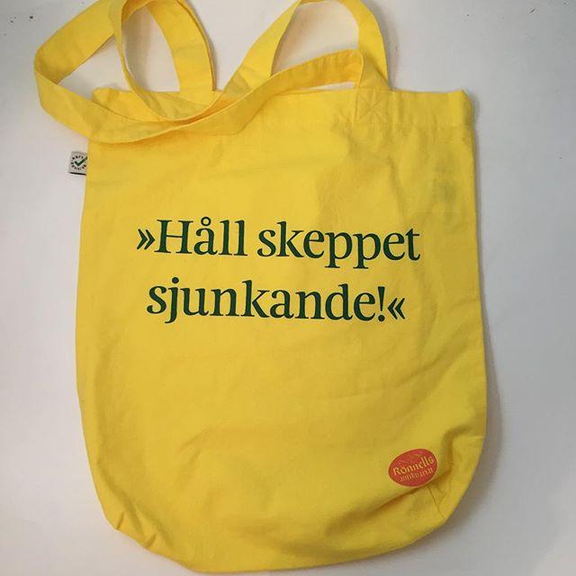 That's the bag we're in! 88 år av svaghet och glädje! Ny tygkasse, design och gåva från @sthlmscreenprint och typografi Ritator.