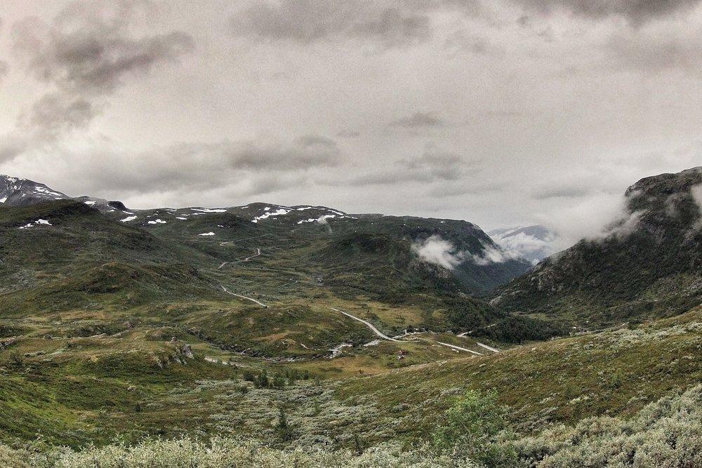 Tindevegen mot Øvre Årdal, tatt fra Sognefjellsvegen