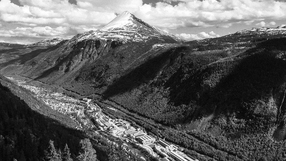Vestfjorddalen med Rjukan og Gaustatoppen, Klatringen forbi Vemork ligger inn dalen til høyre (Foto:  Olav Gjerstad )