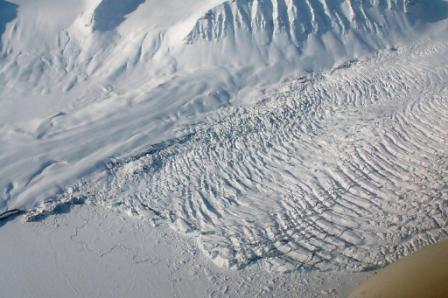 Mektig bre på Svalbard. Foto: Trygve Snøtun.