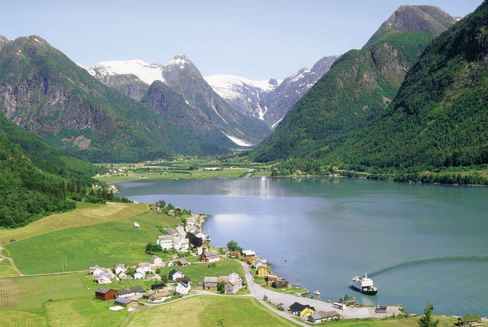 Idylliske Fjærland ein sommardag. Foto: Finn Loftesnes.
