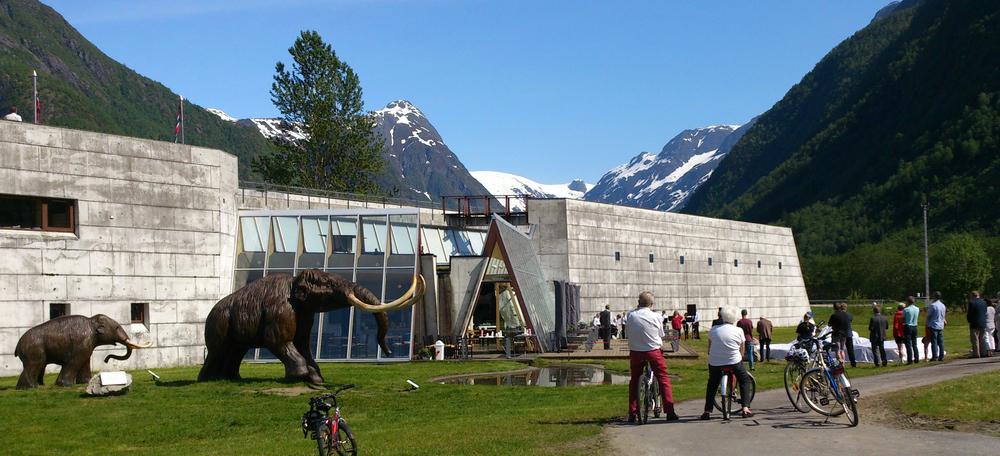 Nydeleg sommardag utanfor Norsk Bremuseum.