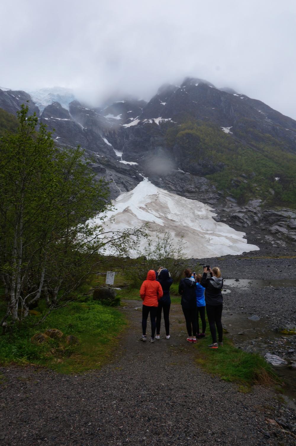 Vidaregåande elevar observerarSupphellebreen i Fjærland under ein ekskursjon. Foto:Monica Østbye Hansen.