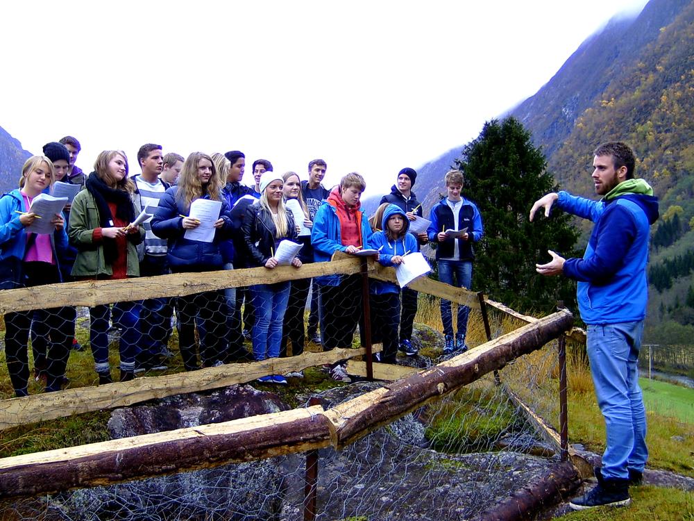 Eit døme på praktisk undervising i naturen; levande formidling ogtilpassa ekskursjonshefter med spørsmål som omhandlarnaturgeografi, brelære og klimakunnskap. Foto: Norsk Bremuseum.