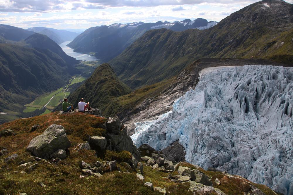 Bre, fjell, fjord - og folk! Foto: Gaute D. Bøyum august 2013.