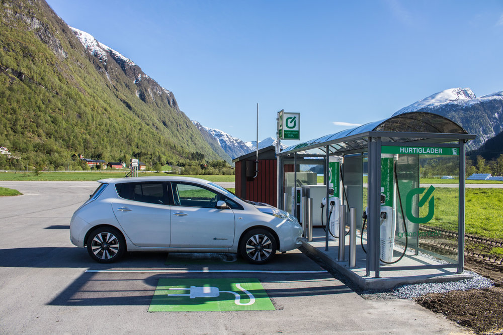 Noregs finaste plass for lading av elbil? (Foto: Pål Gran Kielland)