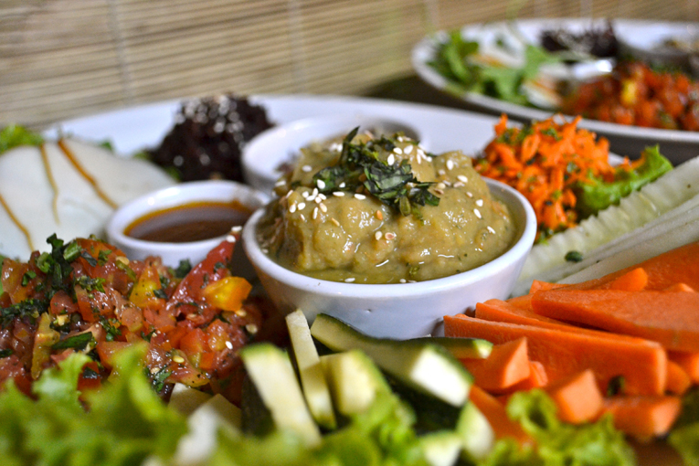 FEEL-GOOD SALAD PLATTER WITH A VARIETY OF MEZZE DIPS