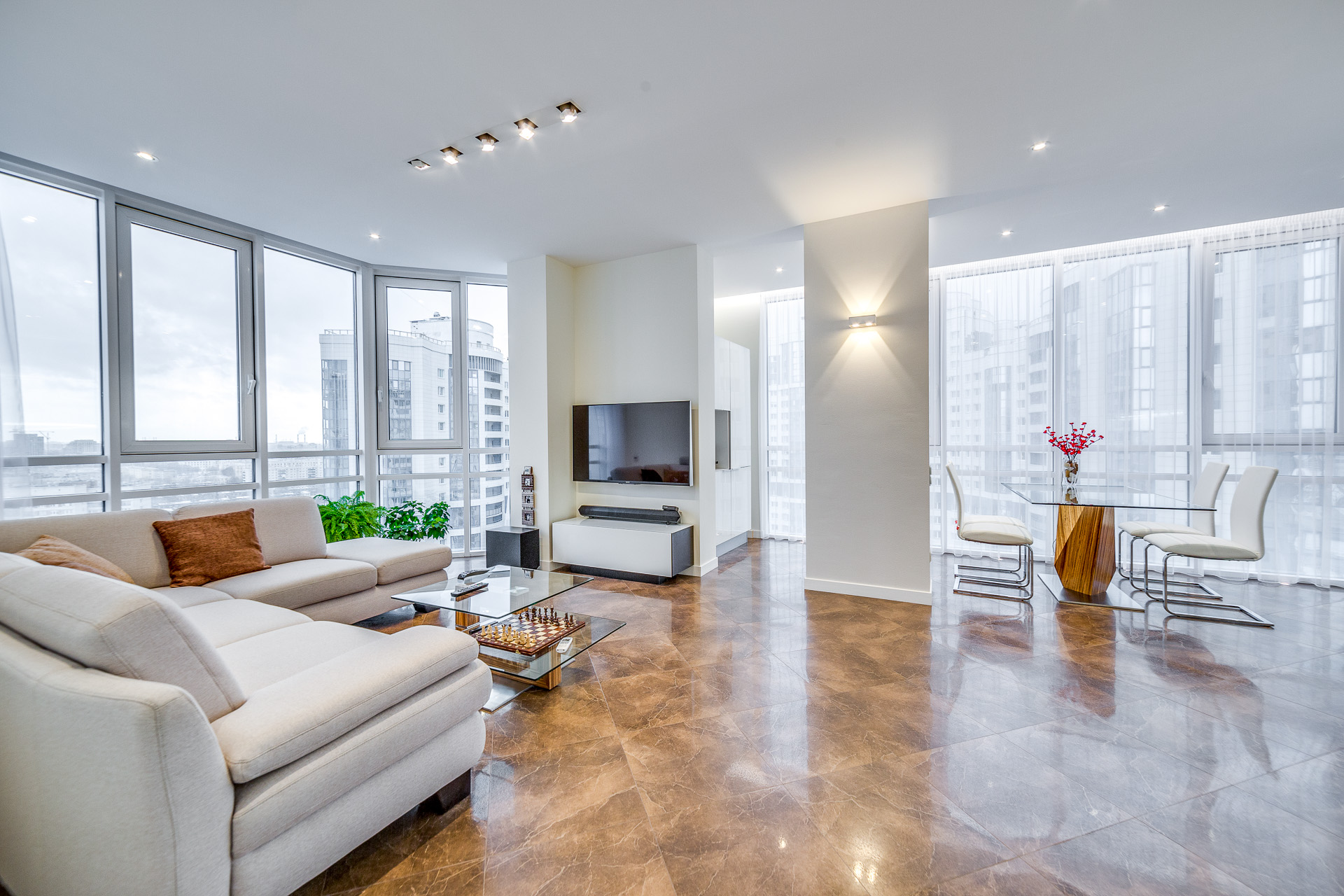 Фото дизайна квартир с панорамным остеклением