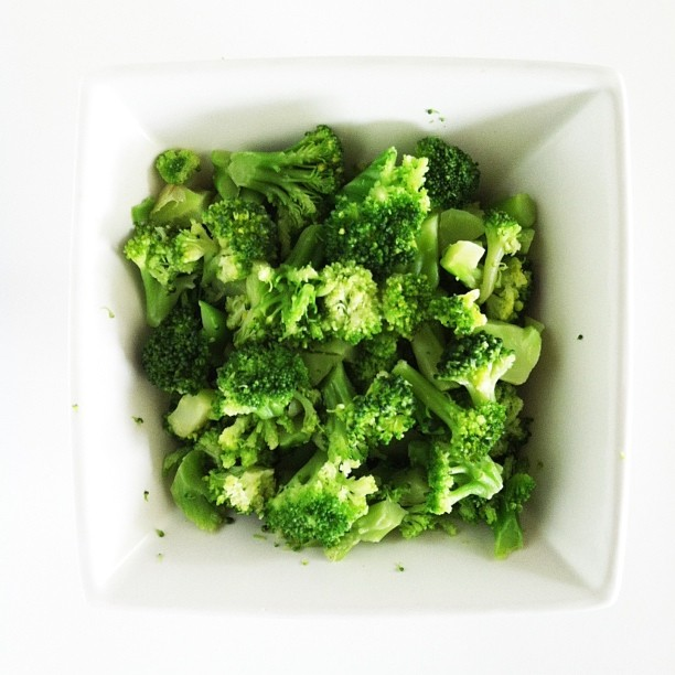 Swell staple || frozen broccoli.  Good ol' broccoli sometimes gets pushed aside with all hype these days around other powerhouse greens. Keep eating that spinach and kale but don't forget about the veggie your mom always told you to eat!  It's loaded with vitamin c, e and b-6 and is a quick and easy side dish for a last minute meal. Throw it on your homemade pizza, or hide it in a pasta or rice bowl and enjoy!