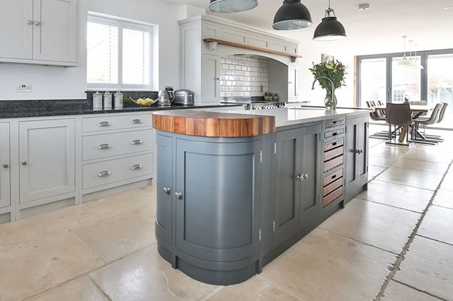 This stunning central island with its curved oak top and stylish crate drawers was a key feature in this beautiful spacious kitchen. Blog now up on the website - head over to take a look around. ⠀ https://buff.ly/2It5vXp⠀ .⠀ .⠀ .⠀ .⠀ #interiorphotography #interiorphotographer #photography #photographerslife #PhotographersOfInstagram #photographersofIG #countryliving #kitcheninspiration #kitchenideas #countryhome #cooking #kitchenenvy #interiordesign #interiorstyling #dreamhome #roomforinspo #farrowandball #eviewillowkitchens #roomhint