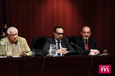 D. MANUEL VALERO YÁÑEZ (Vicedecano y Tesorero del ICAM) con D. Javier Álvarez y D. Ángel TUÑÓN.